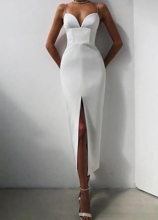 Утонченное элегантное белое корсетное платье-футляр с разрезом на ноге