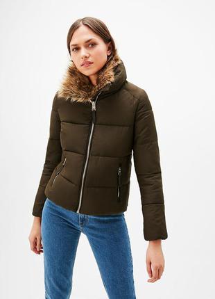 Стеганая куртка с высоким воротником и мехом от bershka