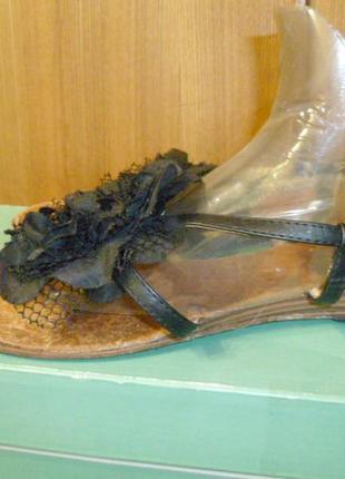 Фирменные босоножки сандалии,пробковые стельки,на низком ходу,черные,25см