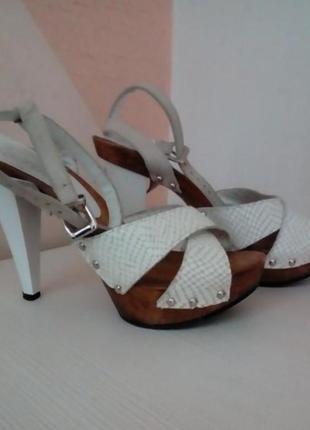 Стильные кожаные босоножки на высоком каблуке и платформе