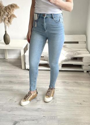 Стильные джинсы с высокой посадкой красивого цвета