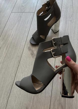 Серые кожаные босоножки на серебряном зеркальном блочном каблуке с пряжками office miles