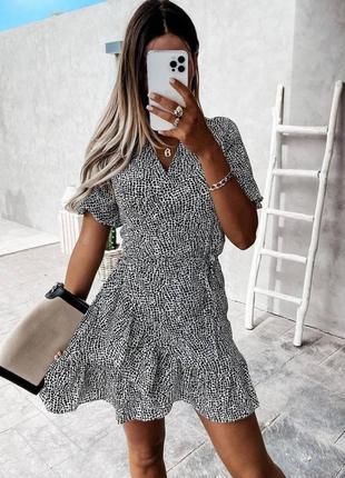 Платье мини на запах с рюшами, оборками