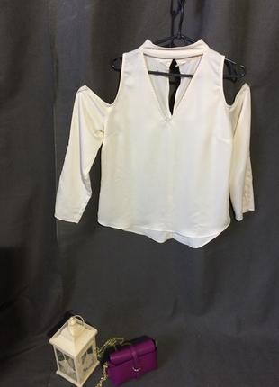 Шёлковая блуза молочная с вырезами на плечах