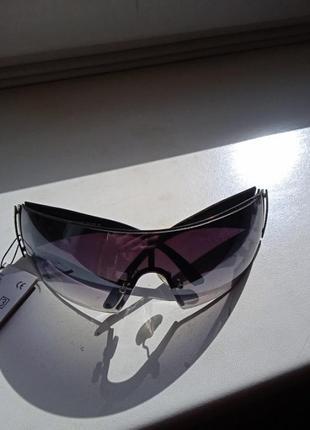Стильные темные очки hot eyes