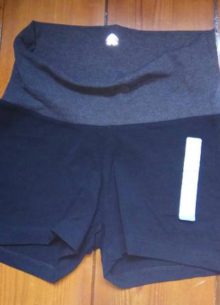Спортивные короткие шорты