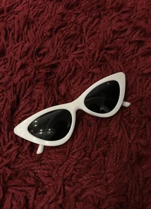 Солнцезащитные очки в стиле «кошачий глаз»