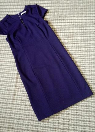 Футлярное платье с вырезами.