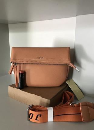 Оранжевая сумка с широким атласным ремнём