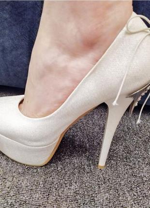 Туфли белоснежные с серебристым блеском