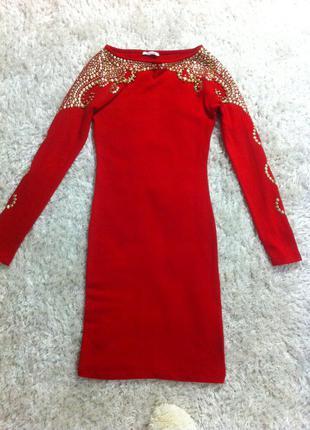 Нарядное красное платье футляр миди с бусинами