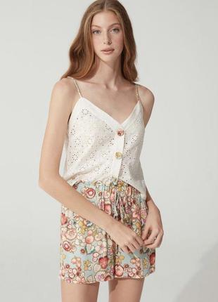 Жіночий костюм на літо з ажурним топом та шортами