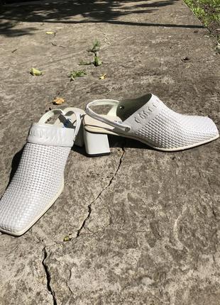 Туфли кожаные на каблуке, сабо