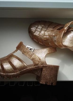 Шикарные золотистые  босоножки на каблуке