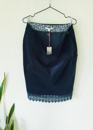 Новая люксовая стречевая микровельветовая изумрудная  миди юбка  карандаш  с кружевной окантовкой white stuff