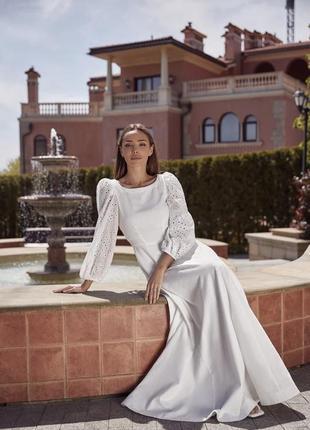 Женственное белое платье с объемными рукавами