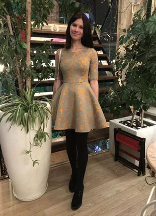 Короткое платье с юбкой солце-клёш