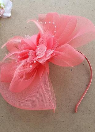 Нежный розовый обруч с цветком из ленты и перьями