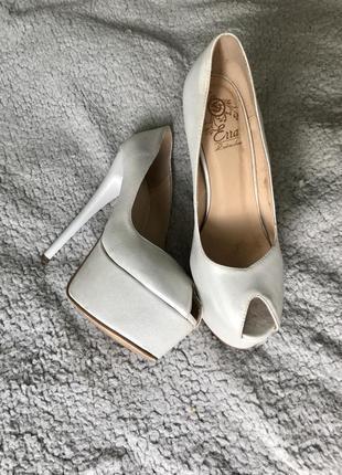 Туфли с открытым носком белого цвета с перламутром на высоком каблуке с платформой кожаные