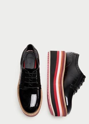 Чорні лаковані туфлі на різнокольоровій платформі