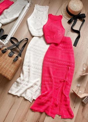 Летний вязаный костюм с ажурным топом и юбкой-миди