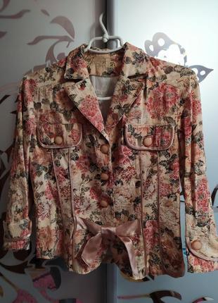 Легкий пиджак в цветочный принт.