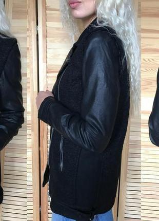 Чёрное пальто с кожаными рукавами