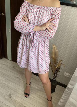 Светлое платье сарафан с открытыми плечами в горошек размет s m
