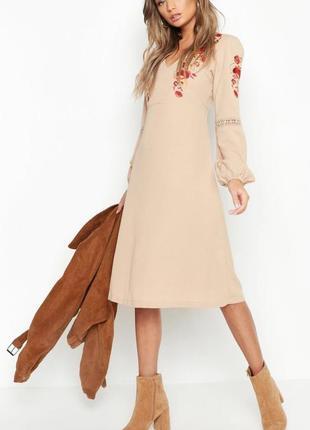 Бежевое платье миди с пышными рукавами и вышивкой boohoo (размер 10-12)