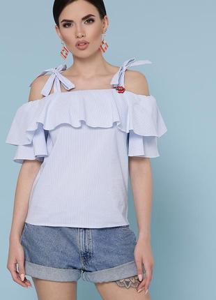 Блуза белая летняя с воланом на плечах в голубую мелкую полоску