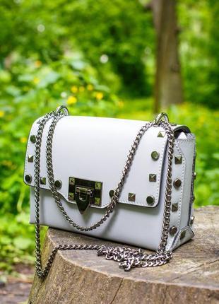 Красивая и актуальная сумочка на длинной цепочке. кожа.