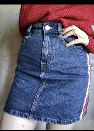 Стильная джинсовая мини юбка с лампасами