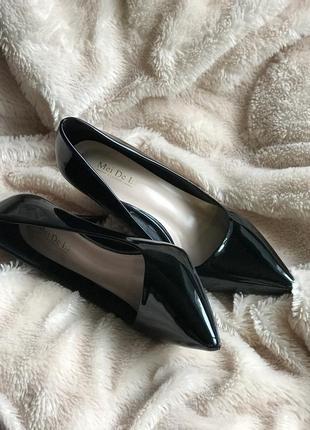Елегантні лакові туфельки на шпильці.