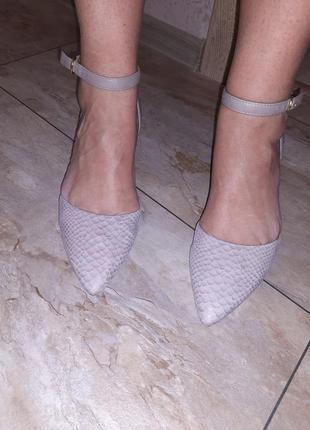 Изысканные туфли-лодочки  под рептилию с ремешком  вокруг щиколотки
