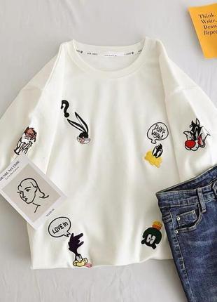 Яркая футболка белая