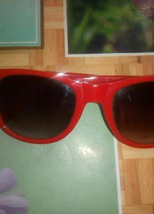 Солнцезащитные очки avon c красной оправой.