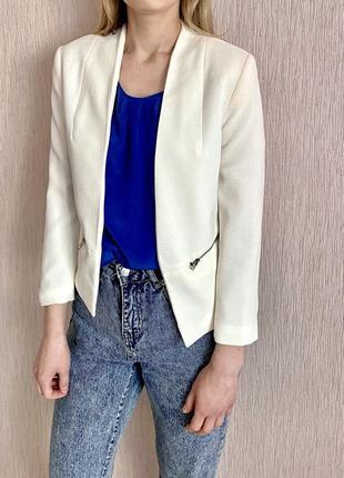 Белый женский короткий летний пиджак bershka