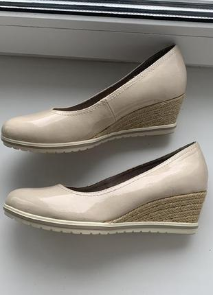 Tamaris, лакированные лаковые туфли - лодочки на танкетке, нюдовые, оригинал