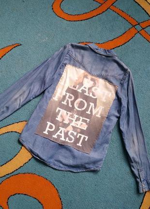 Удлиненная джинсовая рубашка с принтом
