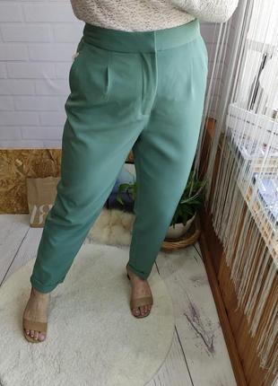 Стильные фисташковые брюки на высокой посадке со складками от zara