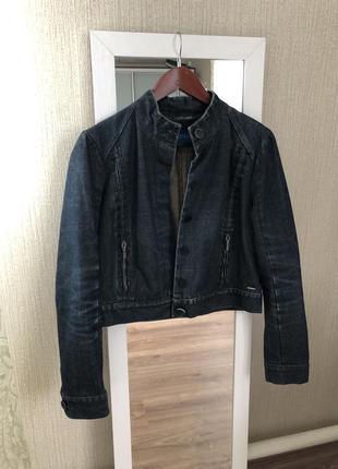 Джинсовая короткая куртка темно синего цвета.
