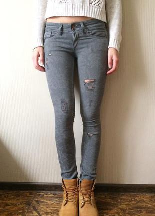 Серые джинсы скинни с потертостями , узкие джинсы bershka .