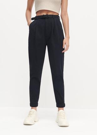 Бавовняні штани з ременем reserved нові   колір: темно-синій розмір: 38/м  eco aware