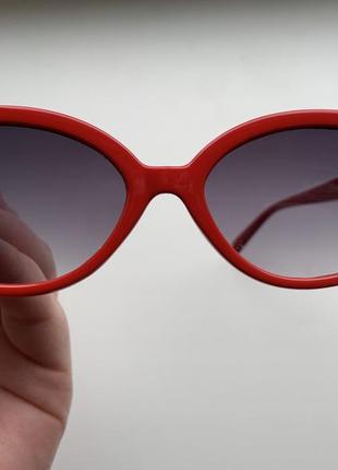Стильные солнцезащитные очки с красной оправой
