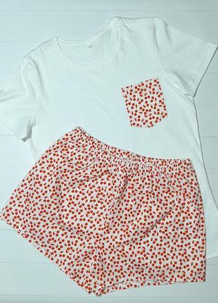 Пижама с белой футболкой и шортами вишни