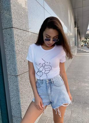 Стильная футболка с принтом губы рисунком базовая вискозная