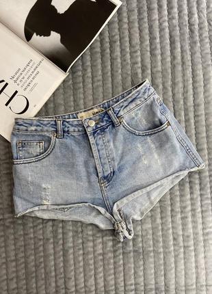 Короткие голубые джинсовые шорты с потёртостями👌🏽