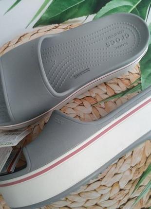 Женские серые шлепанцы crocs crocband platform slide w9