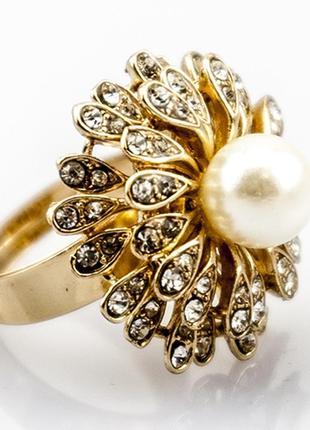 Красивое кольцо с жемчугом и камнями салют
