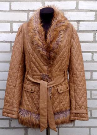 Красивая удлиненная куртка пальто стеганная кожа  мех цвет кэмэл